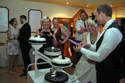 Brautpaar an Hochzeitstorte