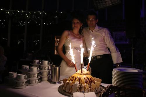 Brautpaar an der Eistorte